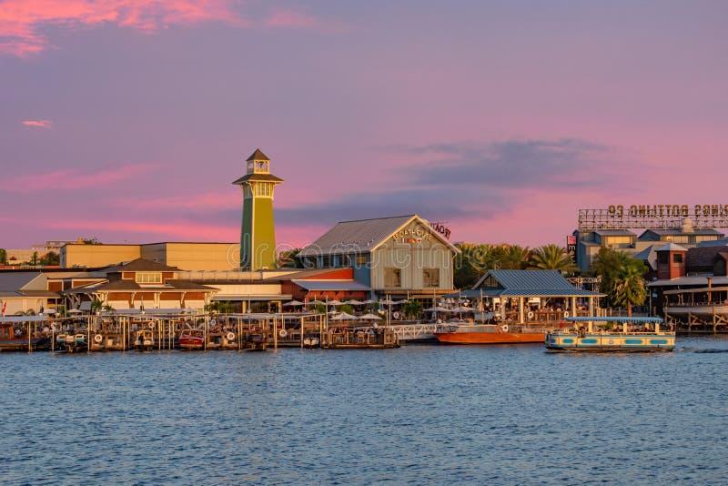 五颜六色的日落在布埃纳文图拉湖3的迪斯尼春天 免版税库存图片