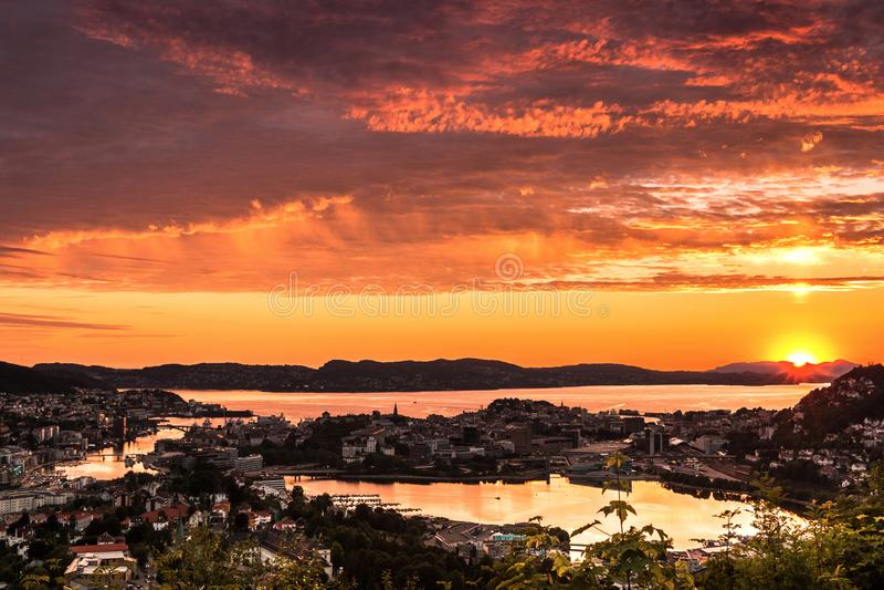 五颜六色的日落场面有卑尔根市鸟瞰图  免版税库存图片