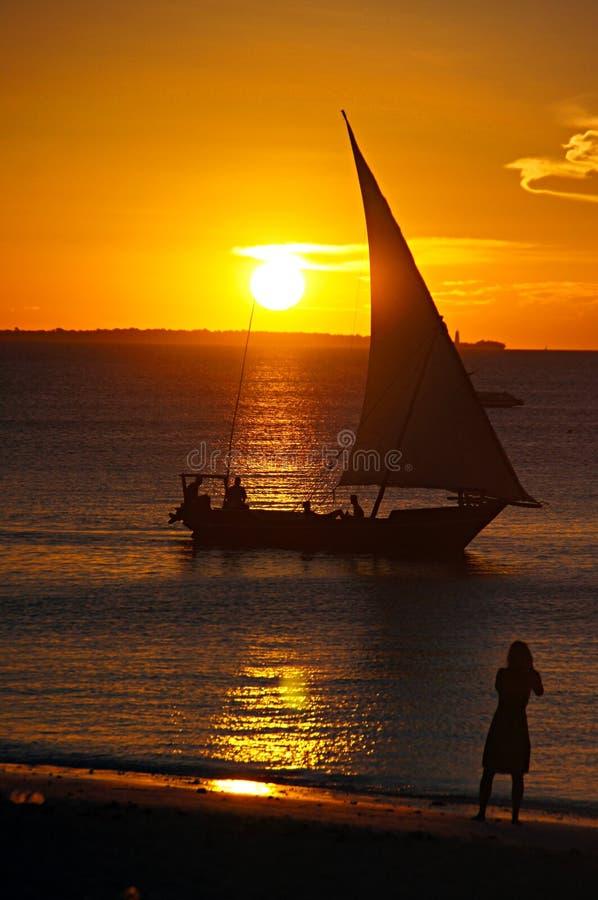 五颜六色的日落黄昏场面渔船 库存照片
