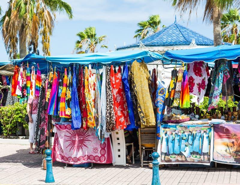 五颜六色的服装在热带跳蚤市场上 库存图片