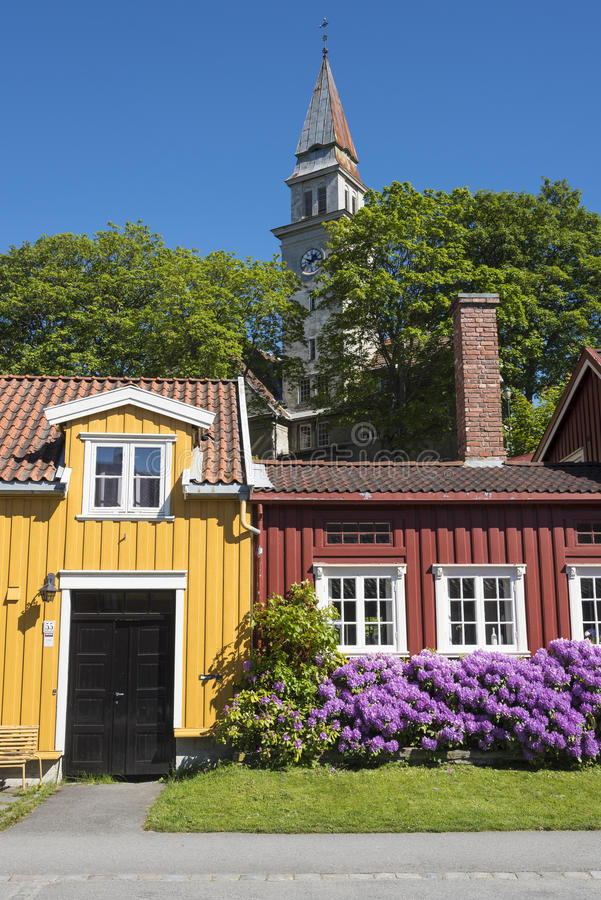 五颜六色的木住宅街道安置Bakklandet特隆赫姆 库存图片