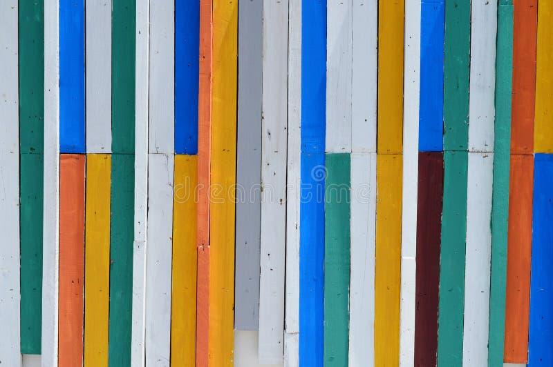 五颜六色的木墙壁。 库存照片