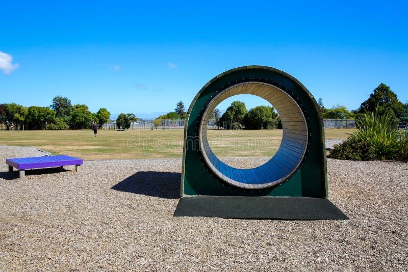 五颜六色的木孩子操场隧道 Levin,新西兰 免版税图库摄影