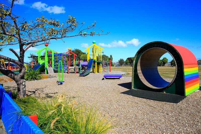 五颜六色的木孩子操场隧道 Levin,新西兰 库存照片