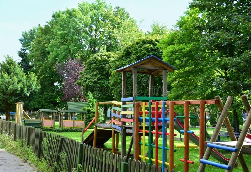 五颜六色的木操场在公园 库存照片
