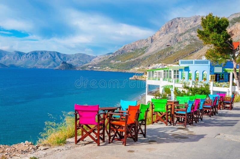 五颜六色的木桌和椅子在希腊海岛上 免版税图库摄影