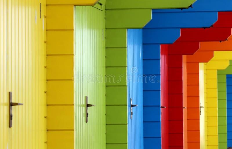 五颜六色的木海滩瑞士山中的牧人小屋 免版税库存图片