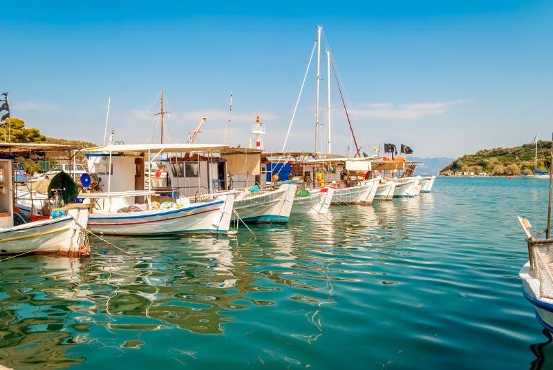 五颜六色的木渔船在帕拉伊阿埃皮达鲁斯,希腊 库存图片