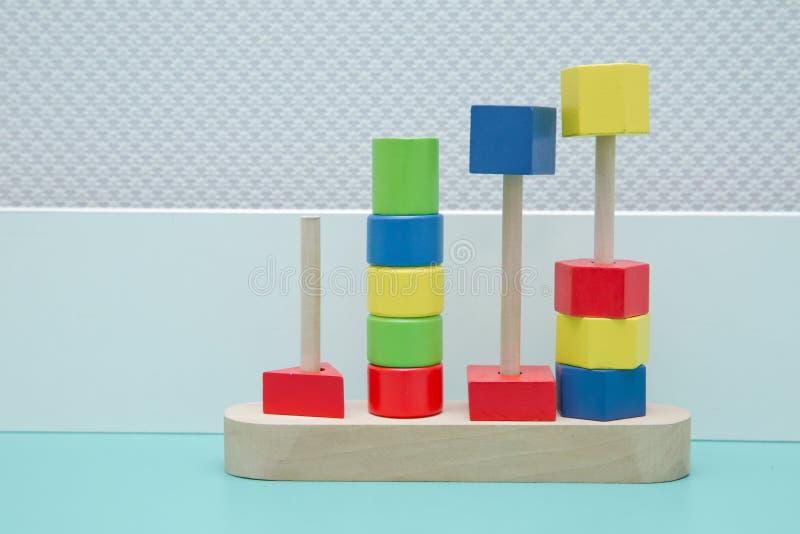 五颜六色的木玩具,形状颜色木 木孩子戏弄从一个的比分到五色的圆环 库存图片
