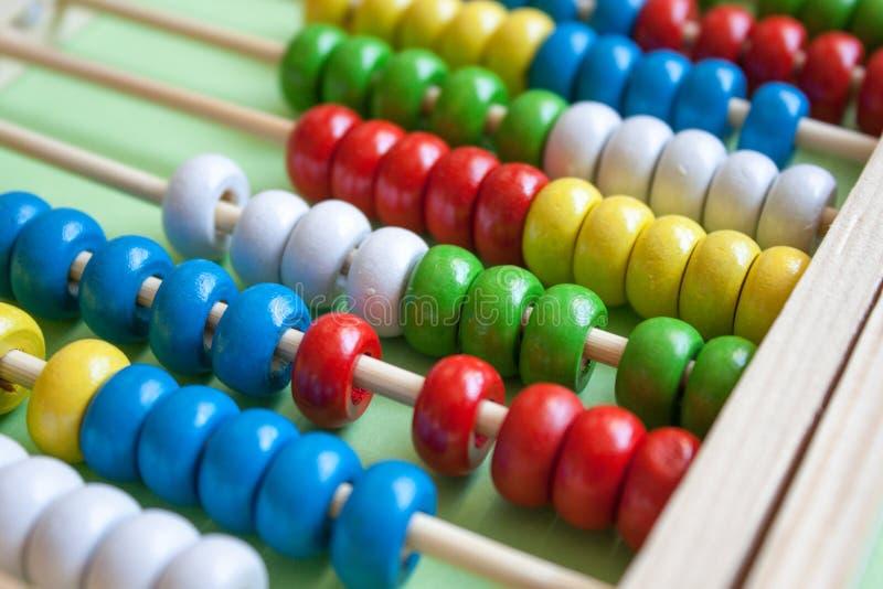 五颜六色的木算盘 免版税库存图片