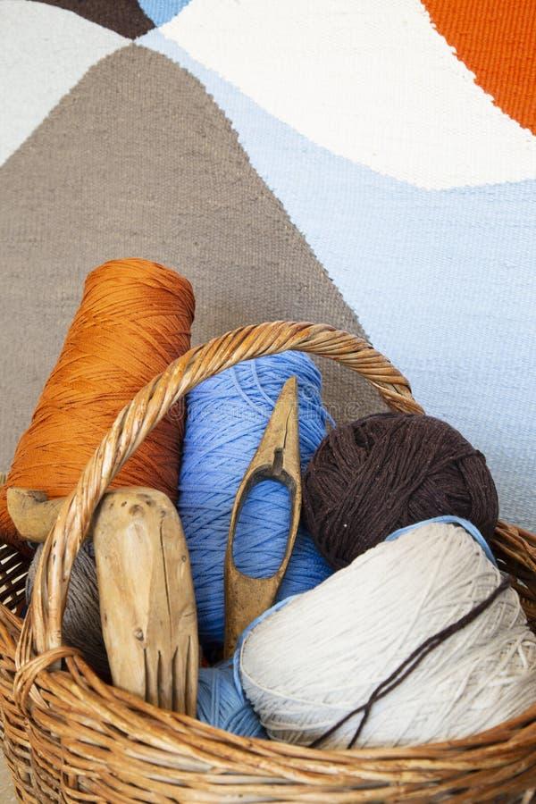 五颜六色的机织织物和工作台面 库存照片