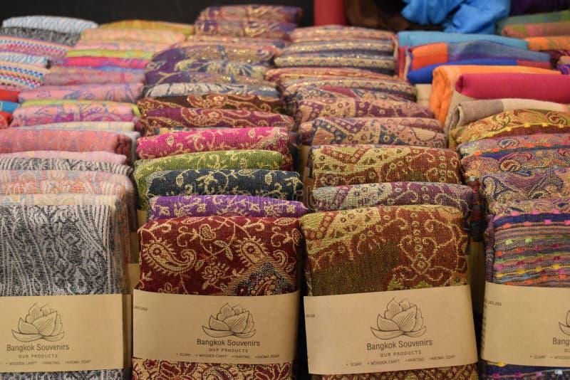 五颜六色的材料特写镜头在一个地方市场chatuchak市场上的在曼谷,泰国,亚洲 库存图片