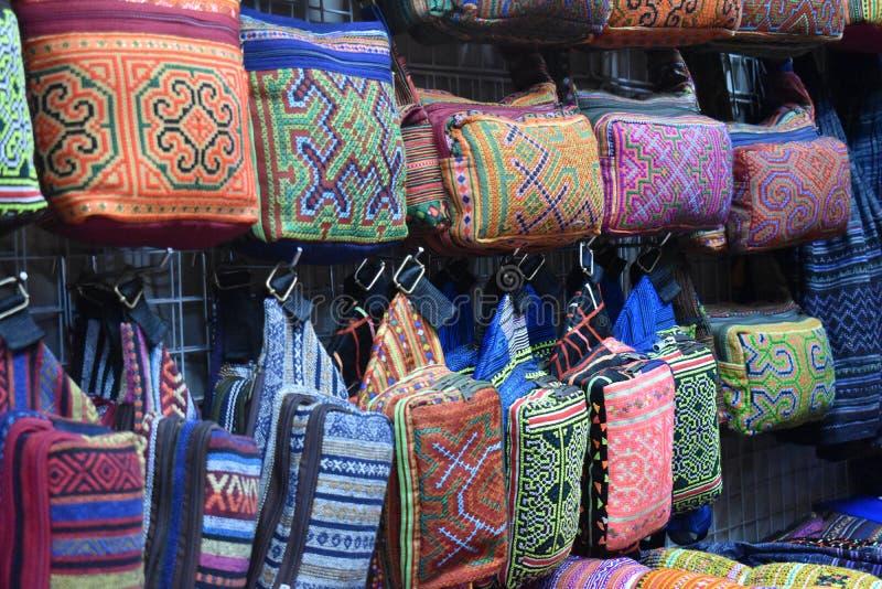 五颜六色的材料特写镜头在一个地方市场chatuchak市场上的在曼谷,泰国,亚洲 库存照片