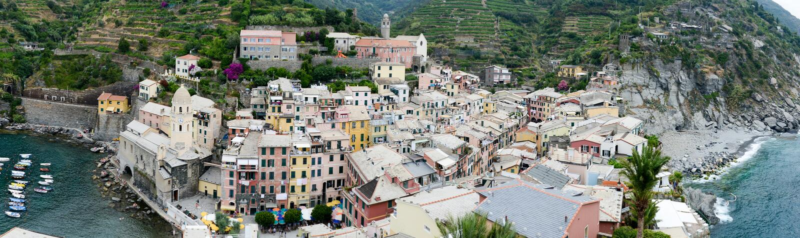 五颜六色的村庄韦尔纳扎,意大利风景看法  库存图片