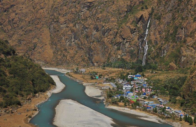 五颜六色的村庄Tal,瀑布和Marsyangdi河 免版税库存照片