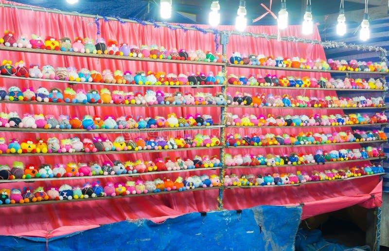 五颜六色的束在比赛摊赢取的奖fo的小的玩偶 免版税库存图片