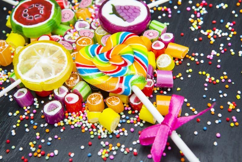 五颜六色的果子糖果和棒棒糖 库存照片