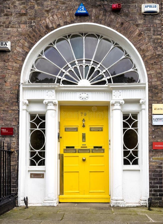 五颜六色的格鲁吉亚门在都伯林市,梅瑞恩广场,爱尔兰 库存照片
