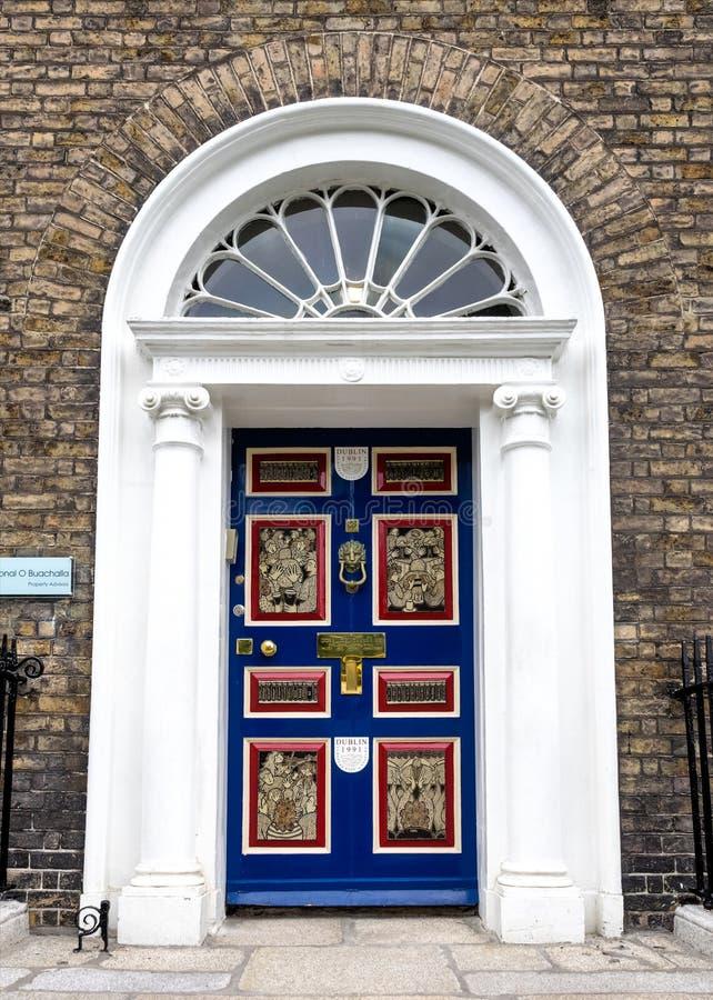 五颜六色的格鲁吉亚门在都伯林市,梅瑞恩广场,爱尔兰 库存图片