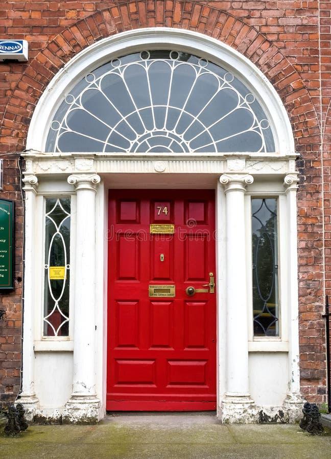 五颜六色的格鲁吉亚门在都伯林市,梅瑞恩广场,爱尔兰 免版税库存照片