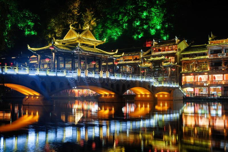 五颜六色的桥梁令人惊讶的夜视图在菲尼斯古镇 免版税库存图片