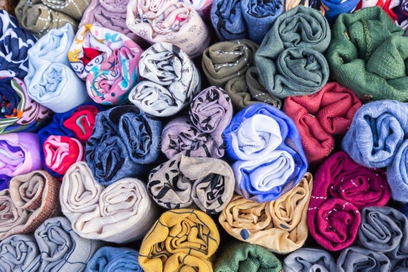 五颜六色的棉织物和纺织品在市场上产业、时尚、家具和内部构思设计的 库存图片