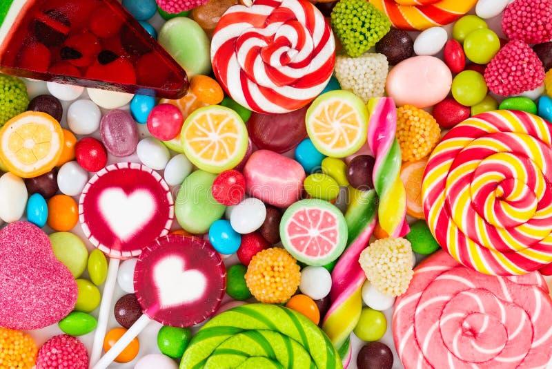 五颜六色的棒棒糖和不同被上色围绕糖果 库存照片