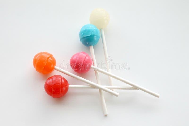 五颜六色的棒棒糖和吮吸者在被隔绝的白色背景 库存图片