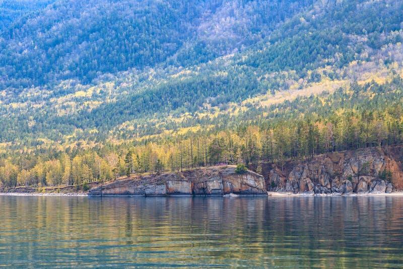 五颜六色的森林和岩石与反射在水中 库存照片