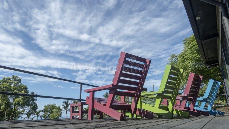 五颜六色的椅子机智非常好的天空蔚蓝机智云彩 免版税库存照片