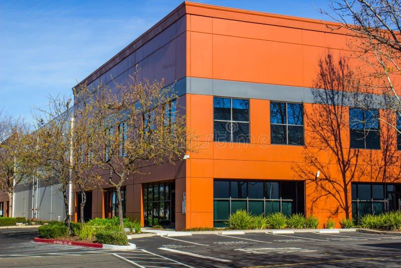 五颜六色的橙色壁角二层的办公楼 免版税库存照片