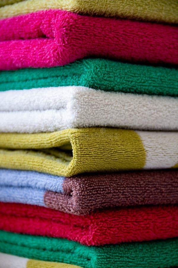 五颜六色的毛巾被堆积在彼此顶部 库存照片