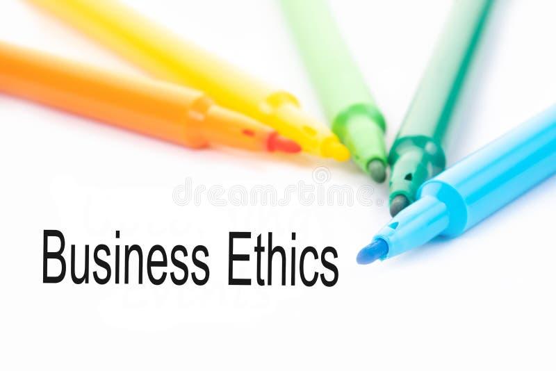 五颜六色的毡尖的笔和商业道德词在白色背景 免版税库存照片