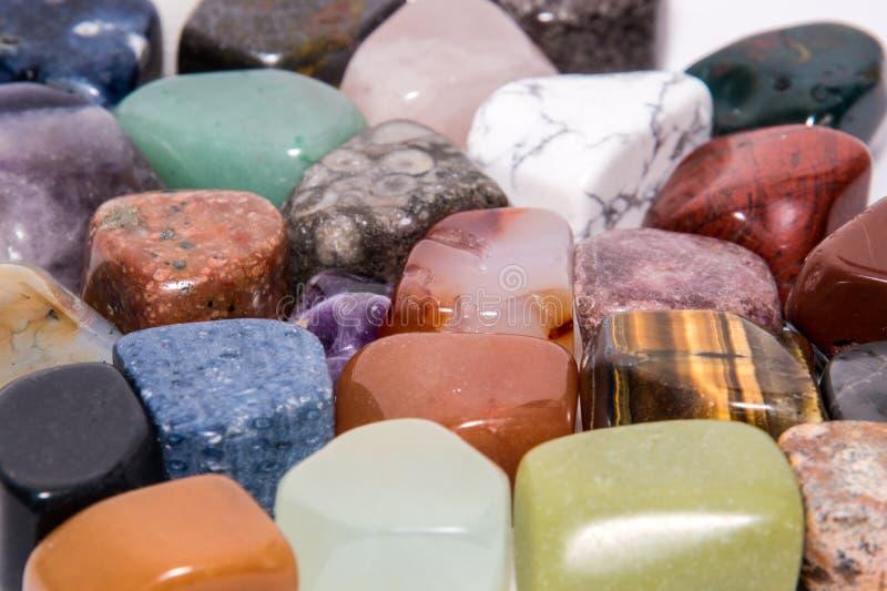 五颜六色的汇集宝石宝石珠宝矿物珍贵发光 库存照片