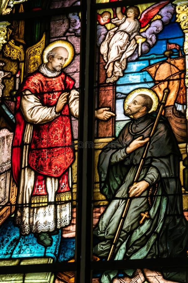 五颜六色的污点玻璃窗在教会里 图库摄影