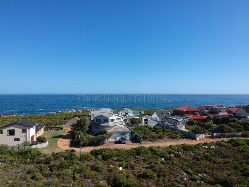 五颜六色的沿海家,深蓝海洋水 库存照片