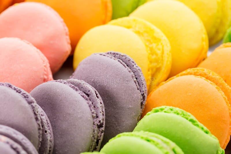 五颜六色的法国macarons特写镜头的汇集作为背景 选择聚焦 免版税图库摄影