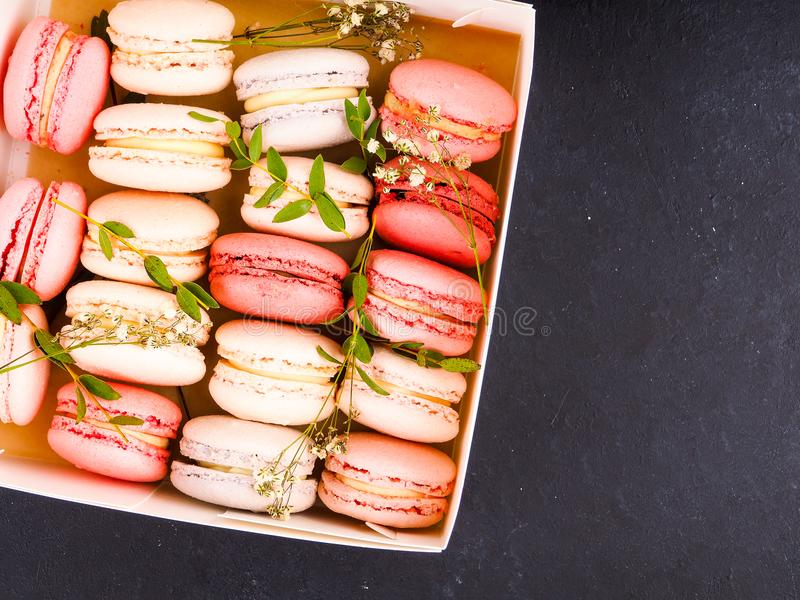 五颜六色的法国macarons背景,关闭 另外五颜六色的蛋白杏仁饼干背景 鲜美甜颜色macaron,面包店 图库摄影