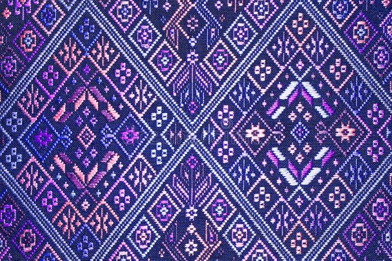 五颜六色的泰国丝绸手工造更多这个主题&更多纺织品秘鲁条纹美丽的backgro的秘鲁样式地毯表面关闭 免版税库存照片