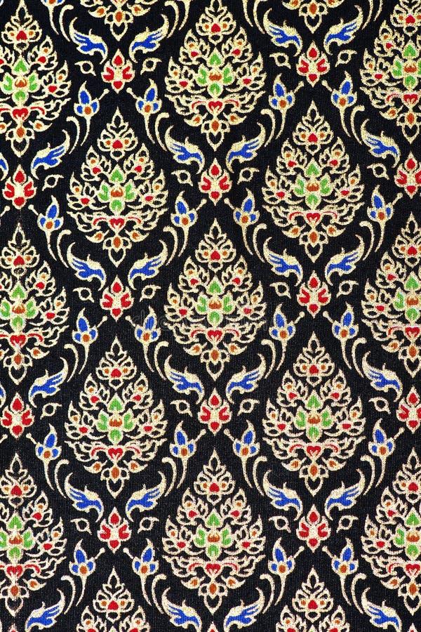 五颜六色的泰国丝绸手工造更多这个主题&更多纺织品秘鲁条纹美丽的backgro的秘鲁样式地毯表面关闭 免版税图库摄影