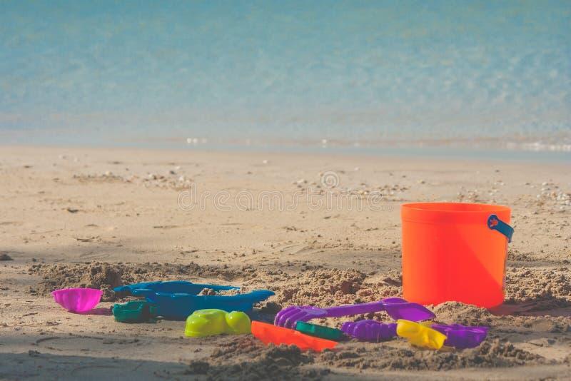 五颜六色的海滩玩具或孩子在沙子海滩在背景中戏弄有海景视图 库存图片