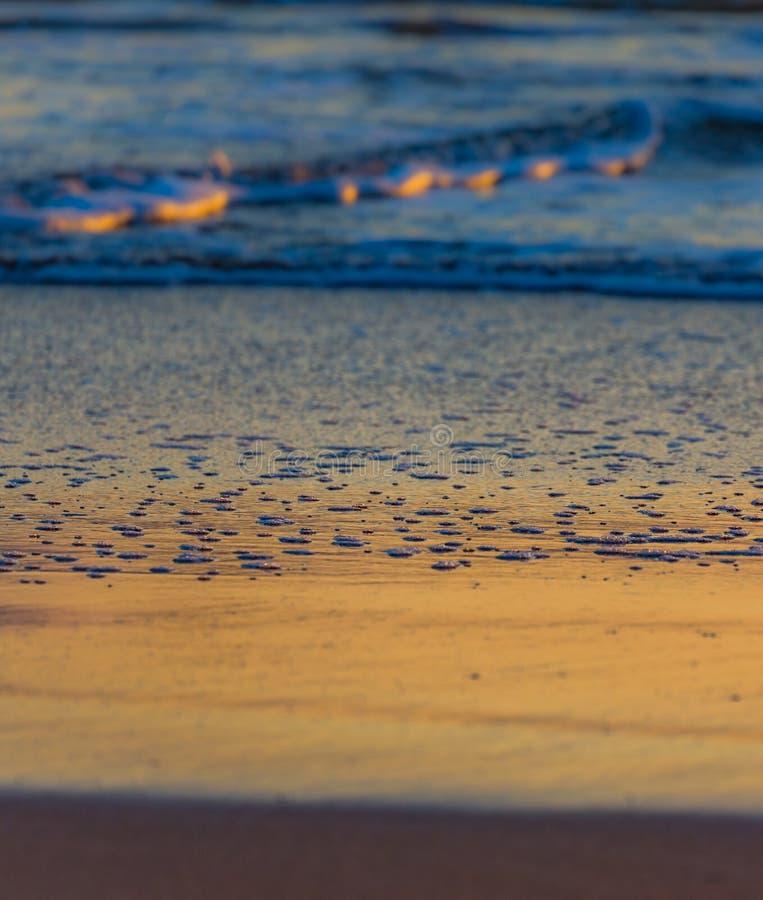 五颜六色的海滩反射在黎明 免版税库存照片