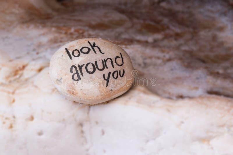 五颜六色的海滩石头详细的看法与标志的 库存照片