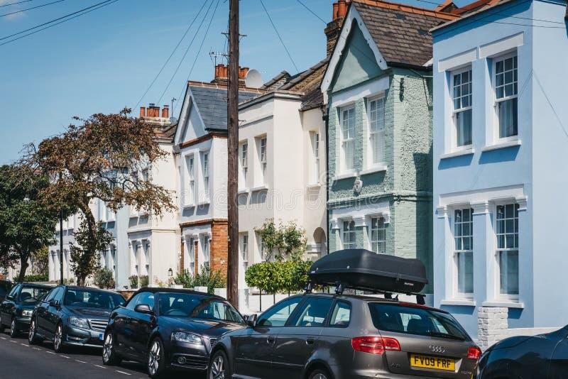 五颜六色的淡色房子停车场的在巴恩斯,伦敦,英国 免版税库存照片