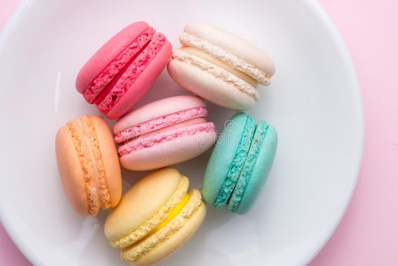 五颜六色的淡色蛋糕macaron或蛋白杏仁饼干在板材 免版税库存图片
