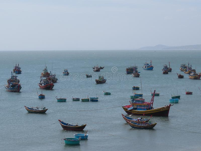 五颜六色的渔船在美奈漂浮,越南港口  库存图片