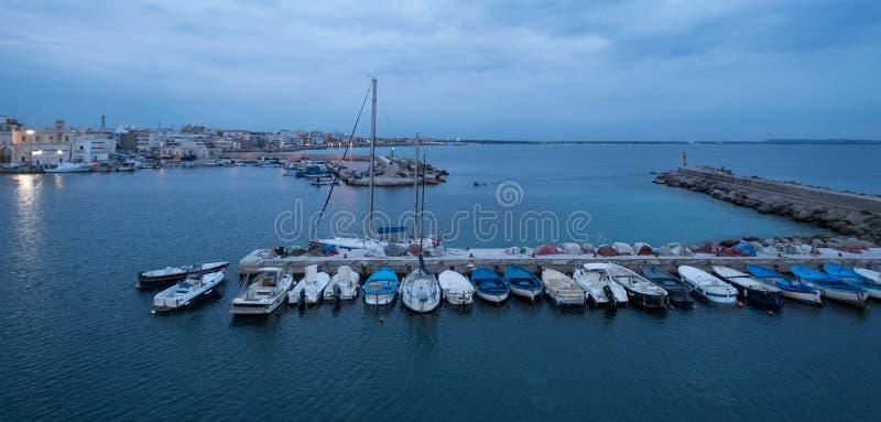 五颜六色的渔船的照片在港口在盖利博卢半岛,普利亚,意大利南部镇Salento半岛的 库存图片