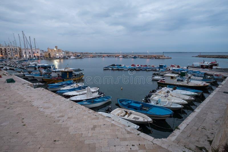 五颜六色的渔船的照片在港口在盖利博卢半岛,普利亚,意大利南部镇Salento半岛的 免版税库存照片