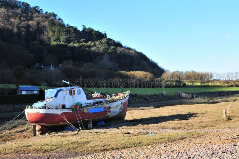 五颜六色的渔船被停泊在Porlock测流堰, 库存图片