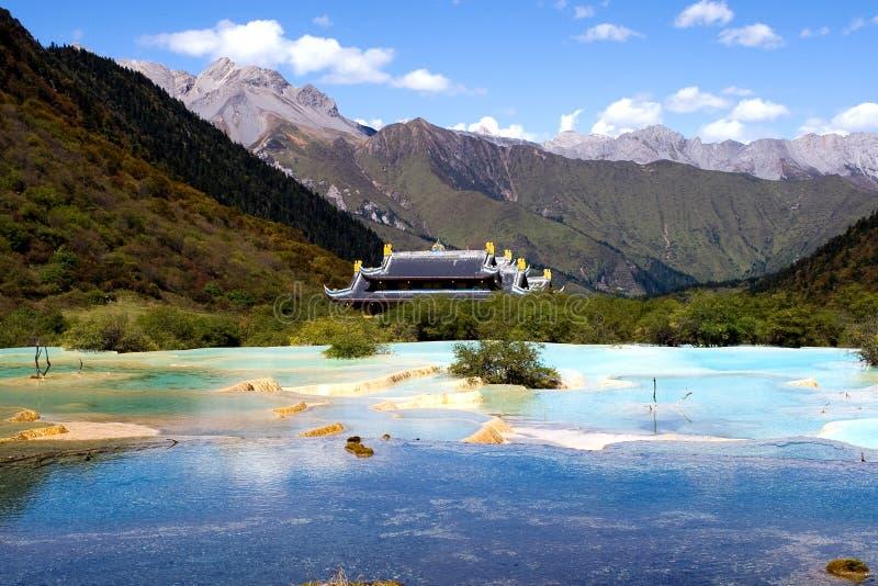 五颜六色的湖寺庙 免版税库存照片
